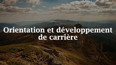 Image d'un sommet de montagne sur laquelle sont superposés les mots «Orientation et développement de carrière»